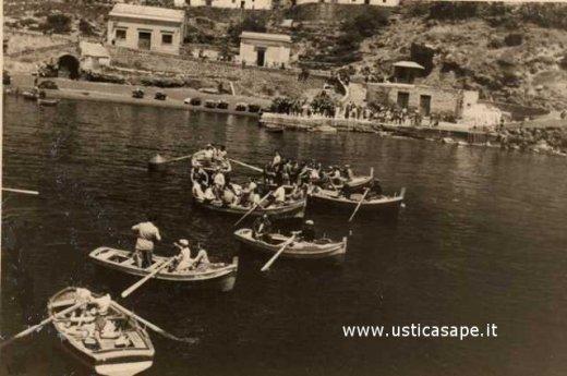 Ustica, imbarco passeggeri con nave in rada