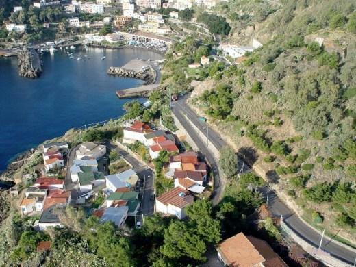 Ustica, villaggio pescatori e Cala Santa Maria visti sall'alto