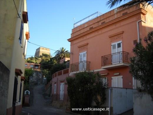 Ustica, strada che porta alla Torre Santa Maria