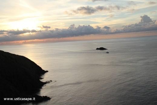 Ustica. tramonto con peschereccio allo scoglio del medico