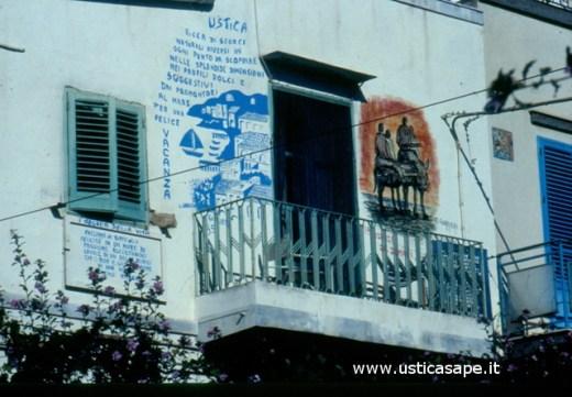 Ustica, Balcone con murales del pittore Gurrieri