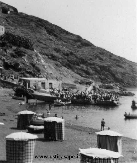 Ustica gita domenicale, attesa imbarco turisti