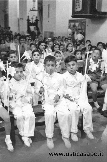 Ustica, ragazzi della prima comunione - visibile il pulpito...