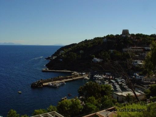 Ustica, veduta porto e montagne Sicilia dalla Falconiera
