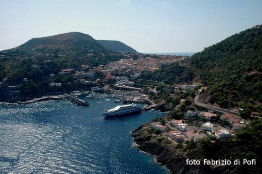 Ustica, porto e paese visti dall'alto