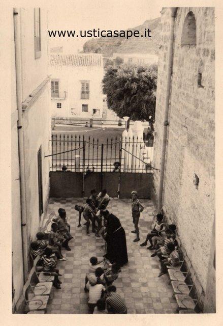Tiro alla fune nel terrazzo della canonica con Padre Carmelo arbitro