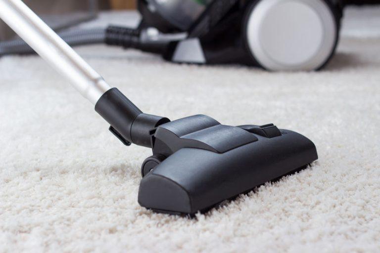 Scopa elettrica su tappeto bianco