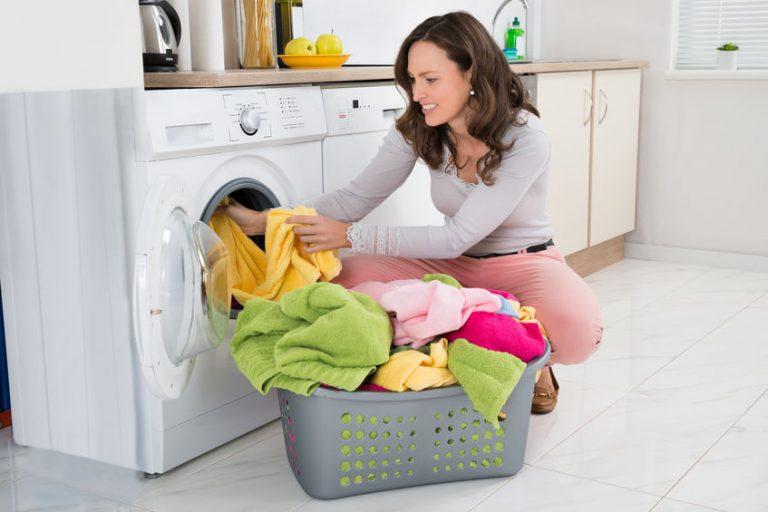 Donna che prepara la lavatrice