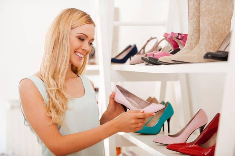 Donna che ammira le scarpe
