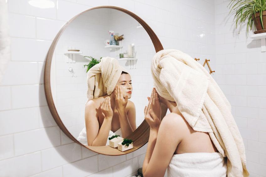 Donna davanti allo specchio