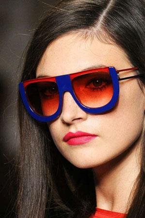 Naočare sa debelim i obojenim okvirom