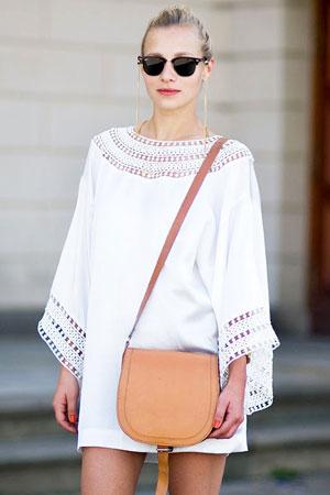 mala braon torba uz belu haljinu