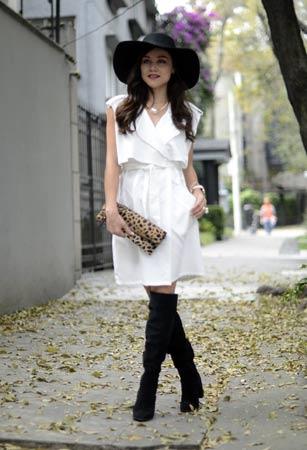 bela haljina i crne cizme