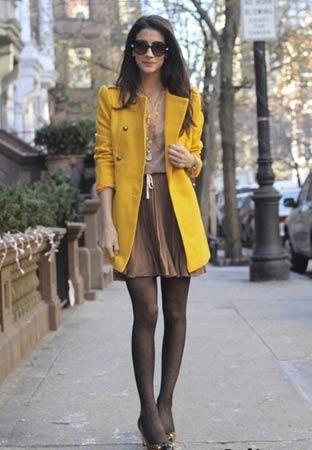 oker kaput i braon suknja