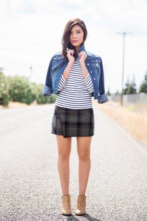 prugasta bluza i karirana suknja