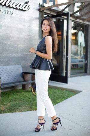bele farmerice i kozna bluza