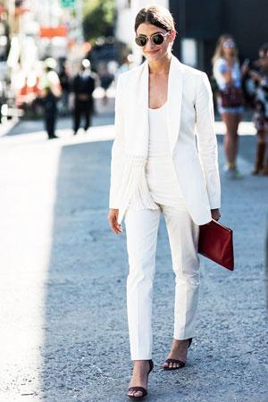 monohromatski outfit sa belim blejzerom