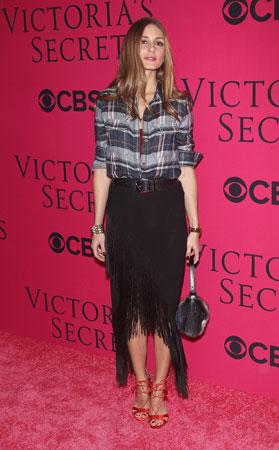 Olivia Palermo karirana kosulja uz suknju sa resama