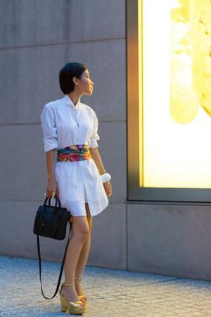 bela haljina i sarena marama oko struka