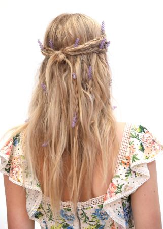 frizure za proleće 2020 -polupodignuta kosa ukrasena cvecem