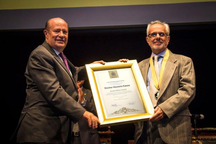 Emilio Ribes recibió la condecoración de manos del rector de la UASLP, Manuel Fermín Villar Rubio
