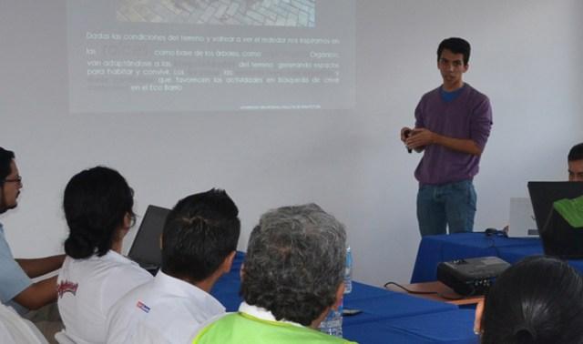 Estudiante de la Facultad de Arquitectura durante la presentación del proyecto de vivienda