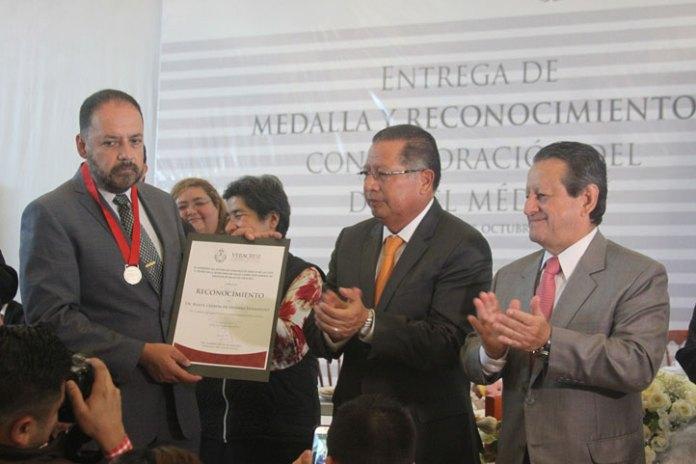 """Rubén Manuel Ladrón de Guevara Hernández recibió la Medalla """"Dr. Pedro Rendón Domínguez"""""""
