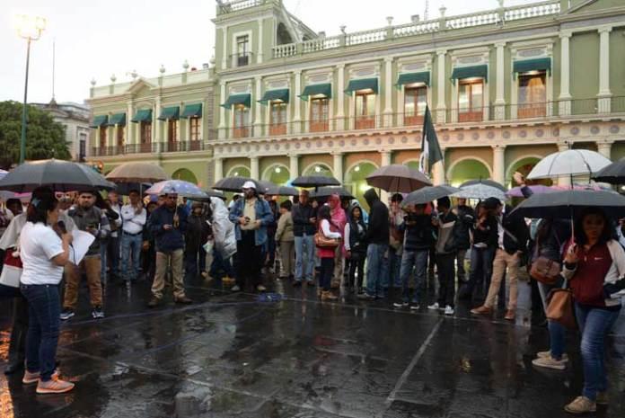 Integrantes de la comunidad universitaria y de la sociedad civil se sumaron a la protesta en Xalapa