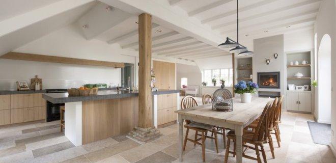 Interieurinspiratie woonboerderij met natuurstenen vloer