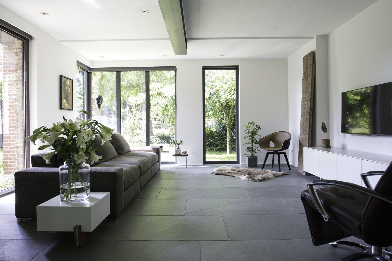 Binnenkijken natuursteen vloer in modern interieur