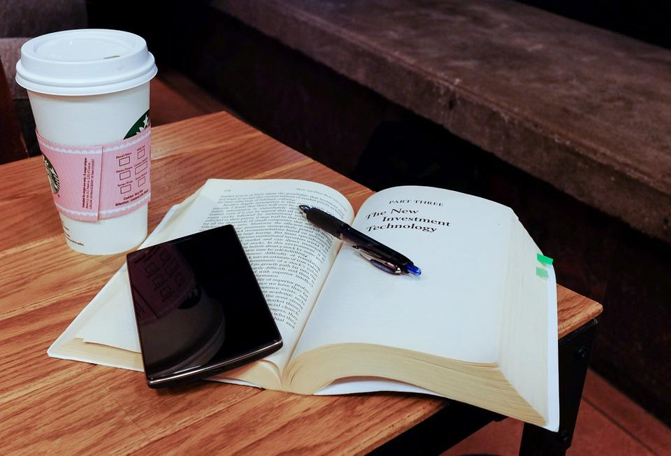 スマート フォン モバイル 技術 本 読書 ペン スターバックス コーヒー デスク テーブル