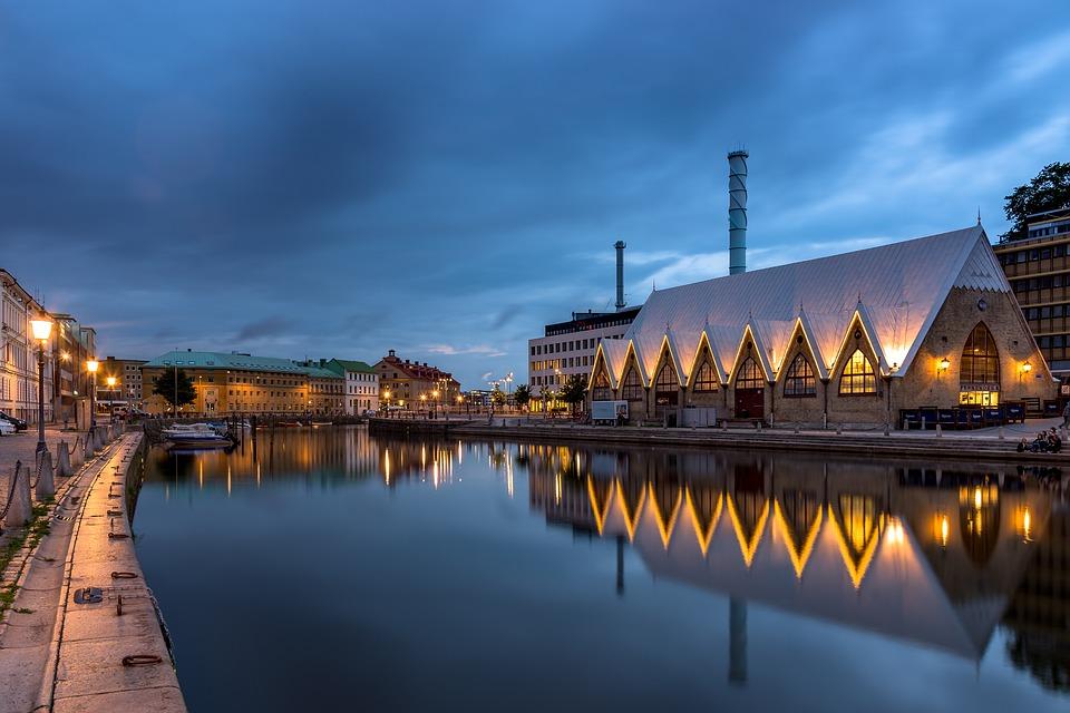 Feskekôrka 魚の教会 木立バラ ヨーテボリ 水 チャネル スウェーデン 夜