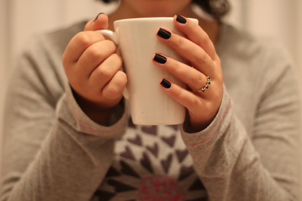 女性 家の中 マグカップ カップ 爪 ルーム 朝 茶 指 エナメル質 ファッション
