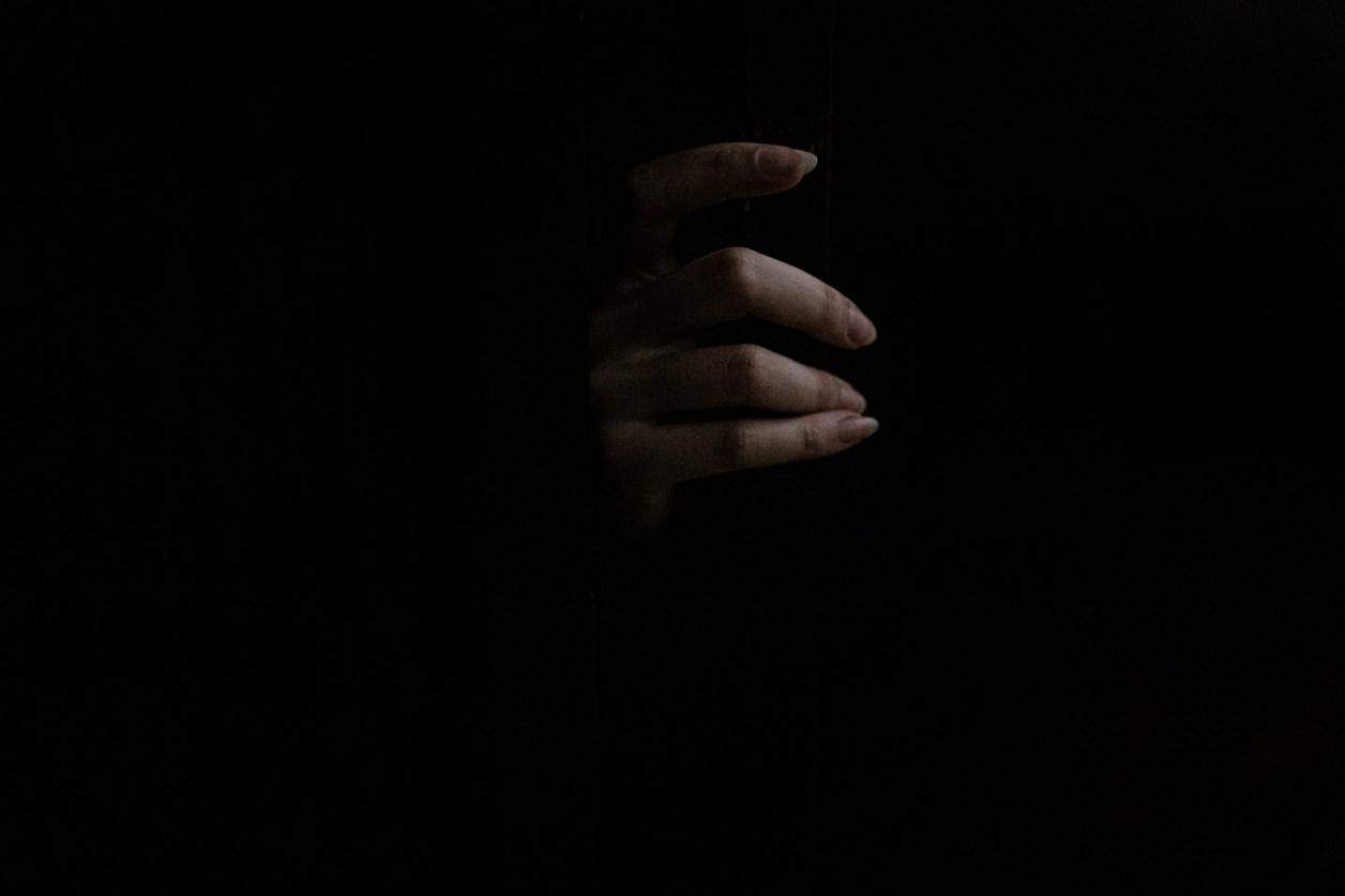 暗闇からスゥーっと女性の手が