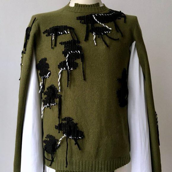 Der Pullover Used-Two lässt sich auch als Pullunder tragen, einfach die Arme durch die dafür vorgesehenen Öffnungen stecken.
