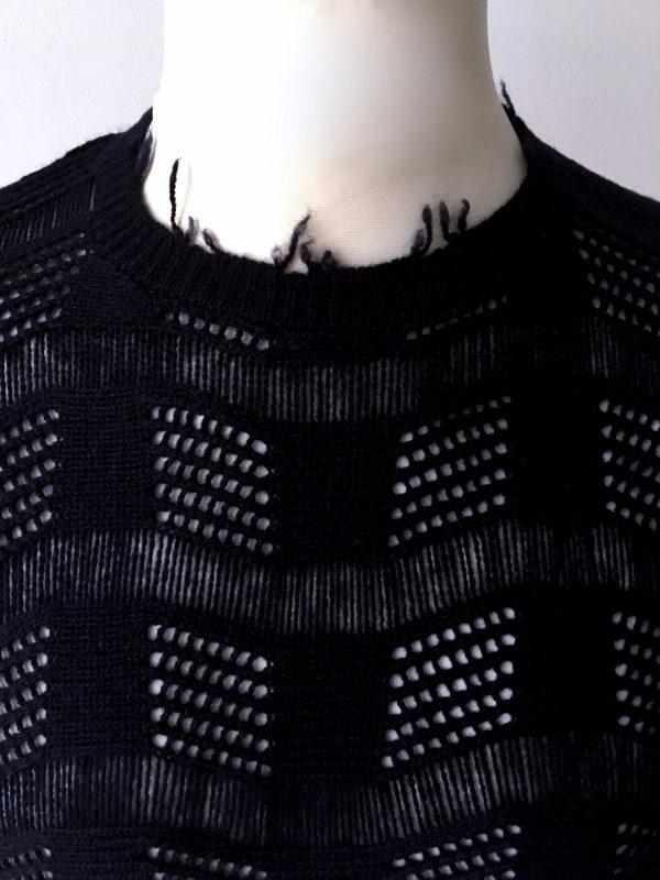 Quer ge - strick - t, Maschen ausgelassen und zwei verschiedene Muster zu einem vereint, ergibt eine Wellenstruktur in Navi und Spannfäden die von oben nach unten verlaufen. Unisex
