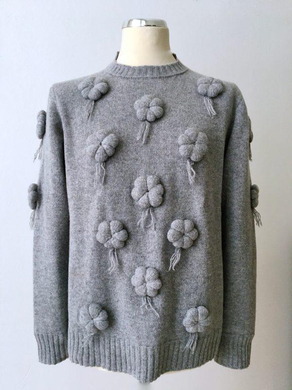Gray Pril, Pullover aus Kaschmir Merino Gemisch mit dreidimensionalen Blumen . uwe urbansky handmade knitwear