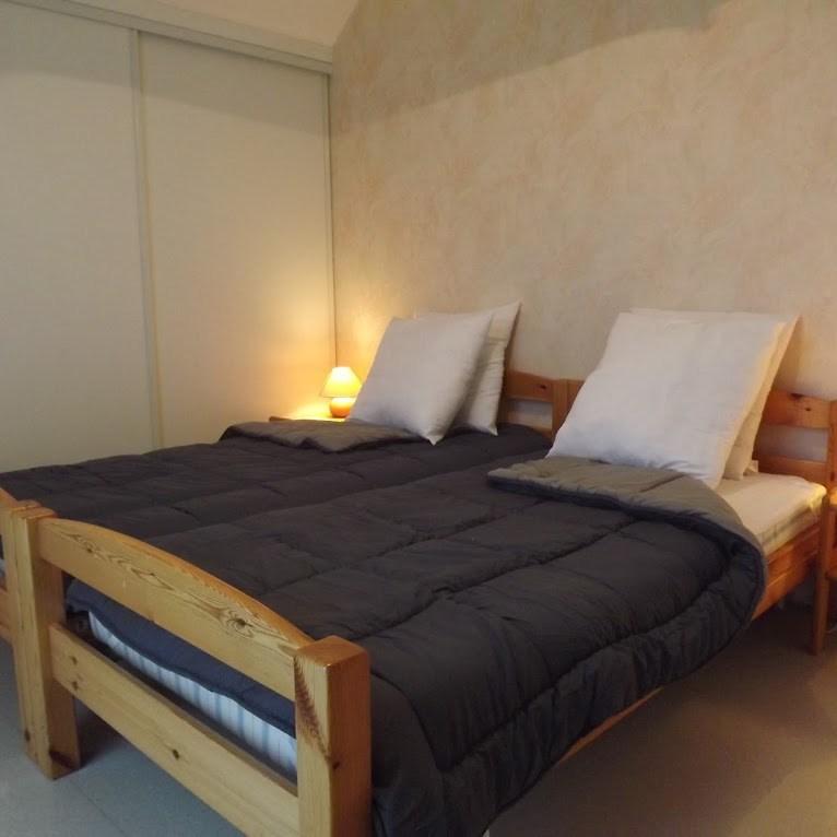 Une des chambre en étage du village de gites de Cantal Emotions