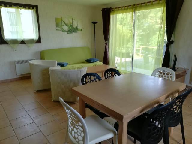 L'espace salon est situé devant la baie vitrée qui donne accès à la terrasse.