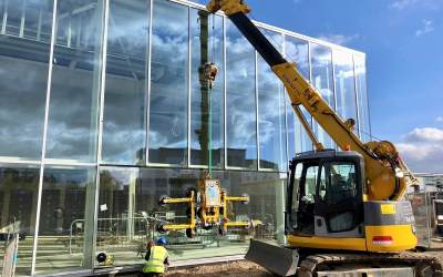 LC785 plus Hydraulica 1000 make light work of large glass panels