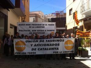 Pancartas de la UTYAC, antes de entrar en la plaza del ayuntamiento de Amposta.