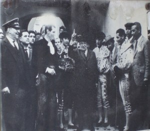 En el centro de la imagen, el exultante empresario alzando el dedo en presencia de toreros y aficionados.