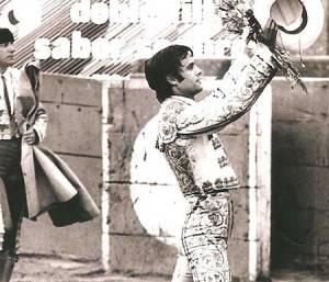 El torero gallego Hilario Tabuada saboreando el triunfo en la vuelta al ruedo.