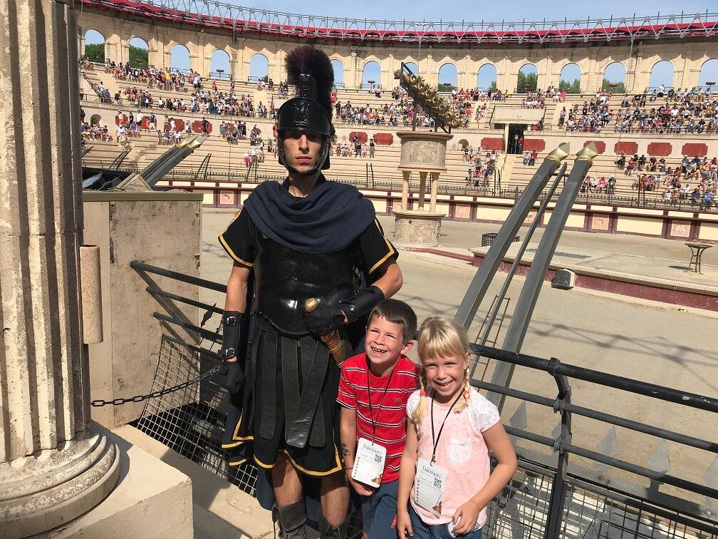 Op de foto met een Romein bij Le signe du triomphe