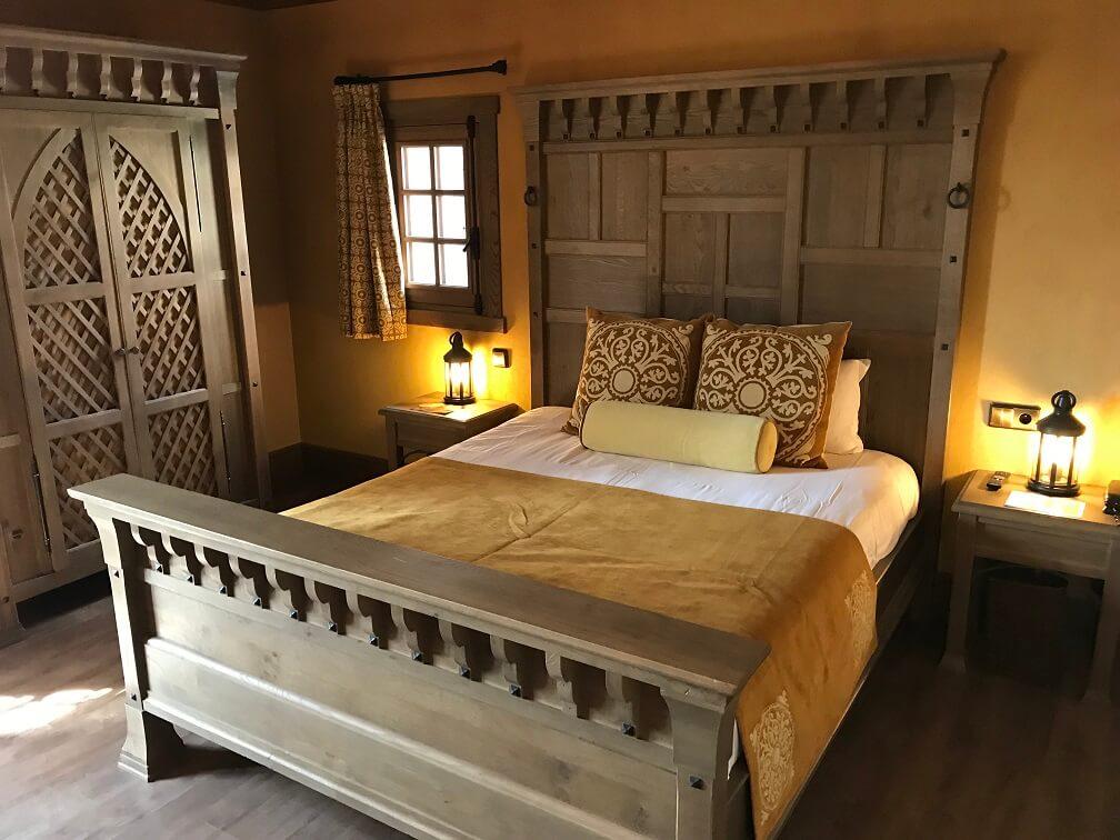 Het king size bed in La Citadelle hotel in Puy du Fou