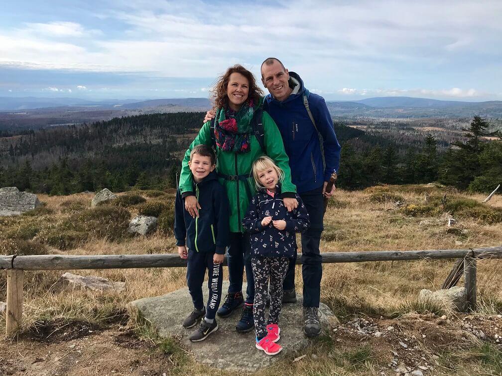 Gezin in de Harz op de top van de berg