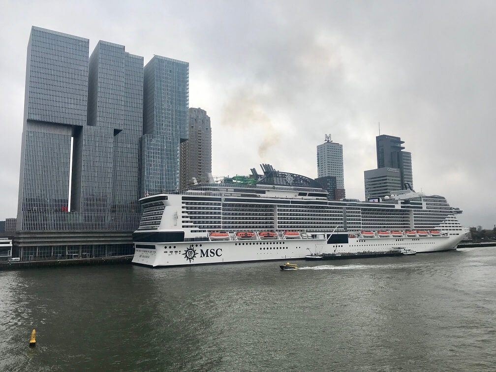 De Grandiosa aan in de Rotterdamse haven.