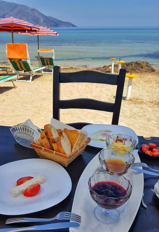 Vacanze in Albania, cucina albanese, colazione fronte mare Orikum