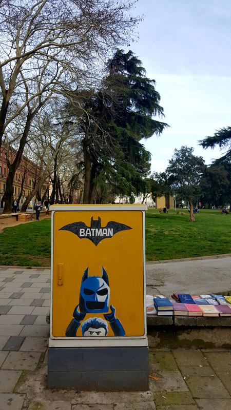 Visitare Tirana con i bambini, Batman