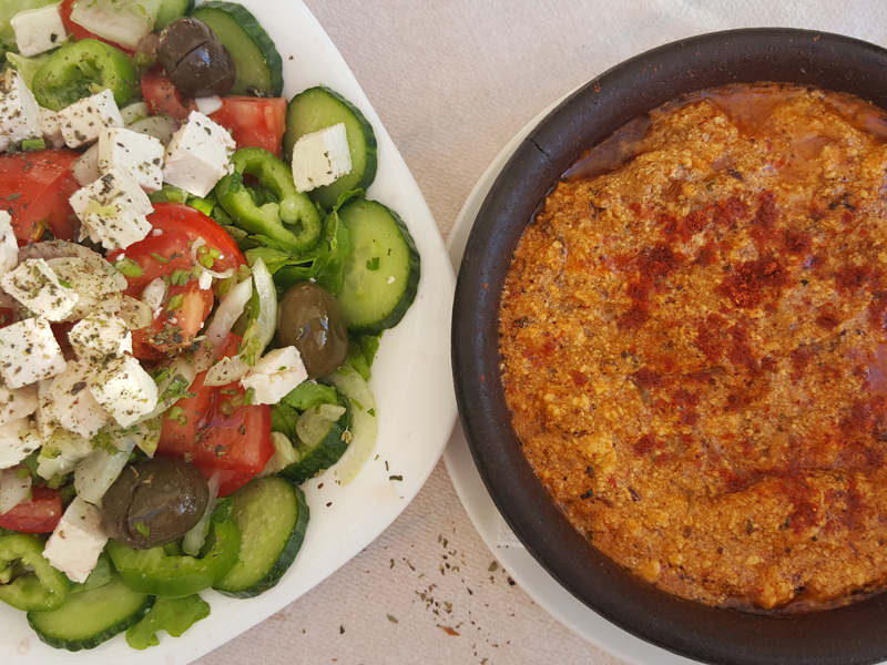 Vado in Albania, la cucina albanese, cosa mangiare, piatti tipici albanesi, insalata greca e tave dheu